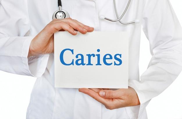 Cartão de cárie nas mãos do médico