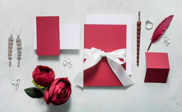 Cartão de casamento com anel de noivado na mesa