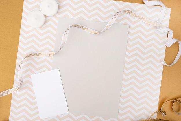 Cartão de casamento com papel de embrulho