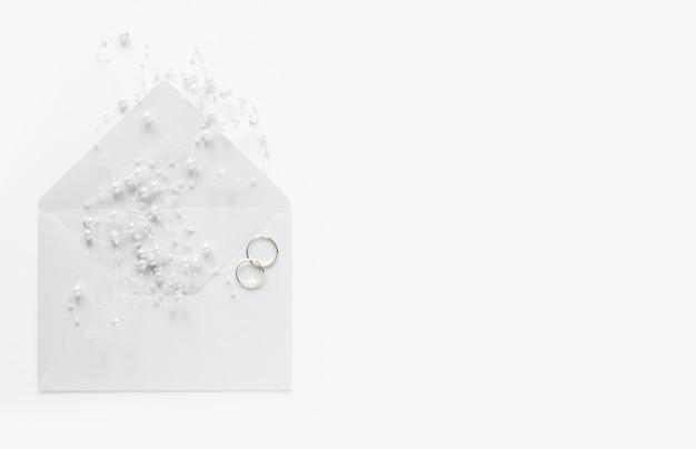 Cartão de casamento cópia-espaço com anéis de noivado