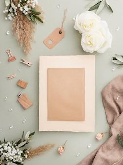 Cartão de casamento e decorações na mesa