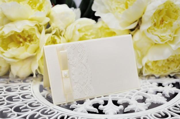 Cartão de casamento e flores amarelas