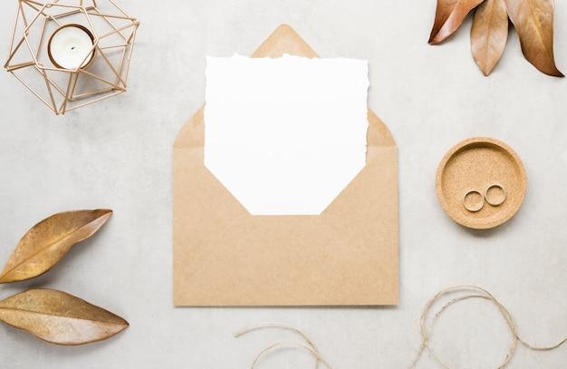 Cartão de casamento em branco com folhas