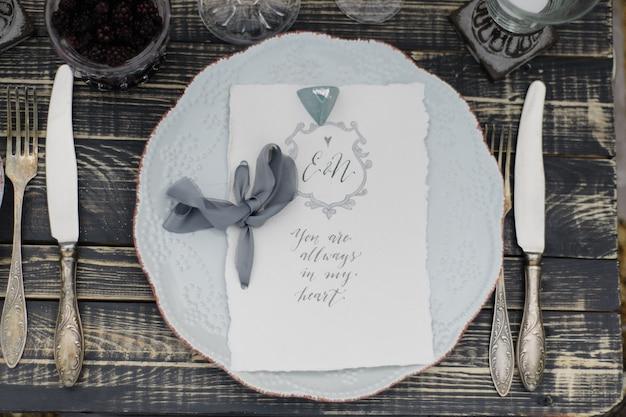 Cartão de casamento em um prato