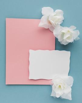 Cartão de casamento vista superior com flores