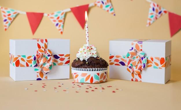 Cartão de celebração com bolo e vela e presentes