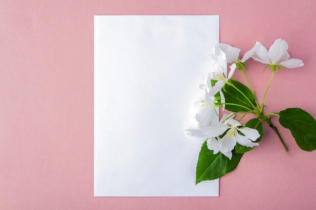 Cartão de convite. composição de flores plana leigos para suas letras.