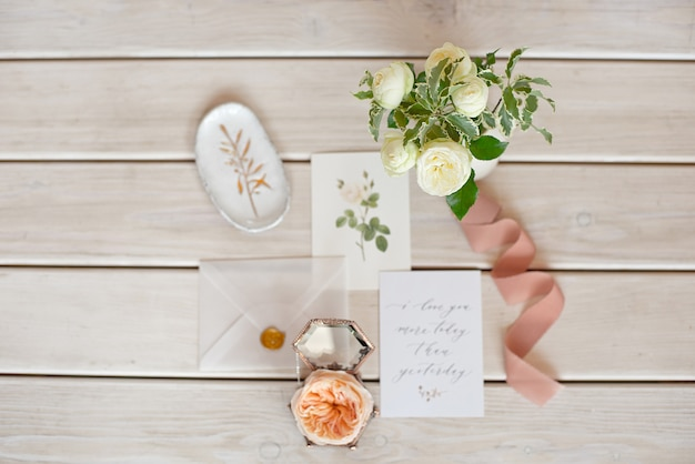 Cartão de convite de casamento com enfeites na mesa de madeira. visão aérea do casamento rústico. vista plana leiga, modelos de cartão de convite de casamento de vista superior.