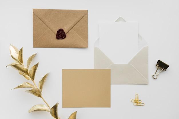 Cartão de convite de casamento em envelope