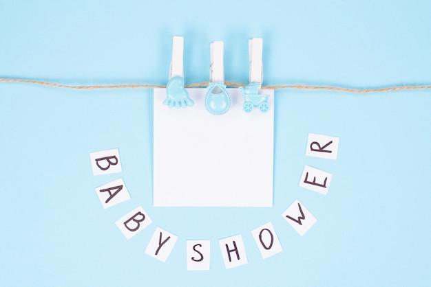 Cartão de convite para o conceito de chá de bebê. foto de vista de alto ângulo superior do lindo cartão doce adorável com lugar para texto do nome do bebê isolado fundo branco cor pastel
