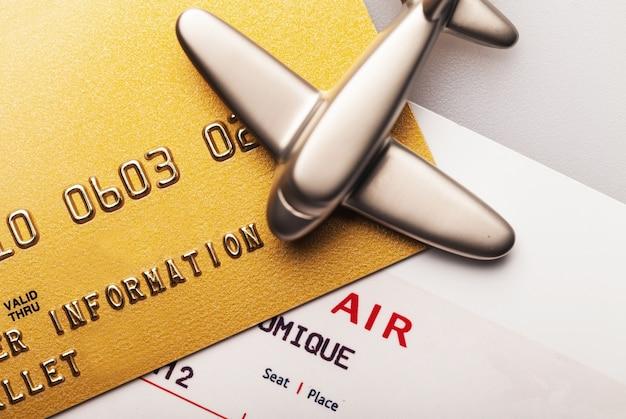Cartão de crédito bancário finanças compras close-up passagem aérea com cartão ouro