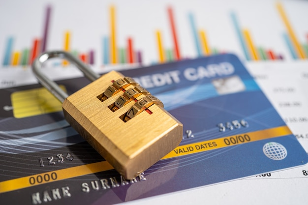 Cartão de crédito com bloqueio de senha de chave isolado no fundo branco.