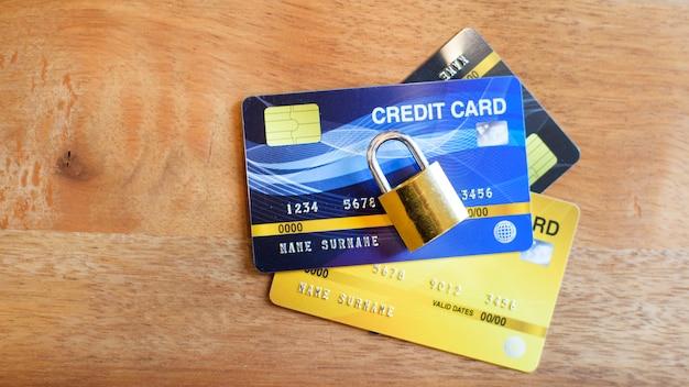 Cartão de crédito com cadeado