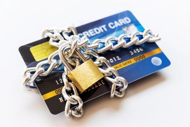 Cartão de crédito com corrente e cadeado, conceito seguro de negociação