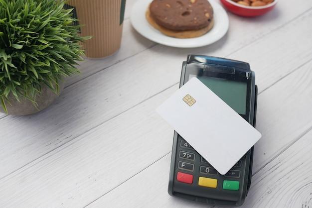 Cartão de crédito de conceito de pagamento sem contato em uma máquina pos