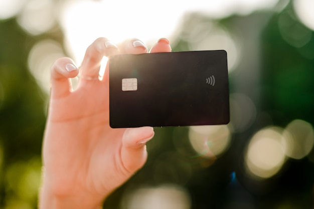 Cartão de crédito de exploração de mão feminina