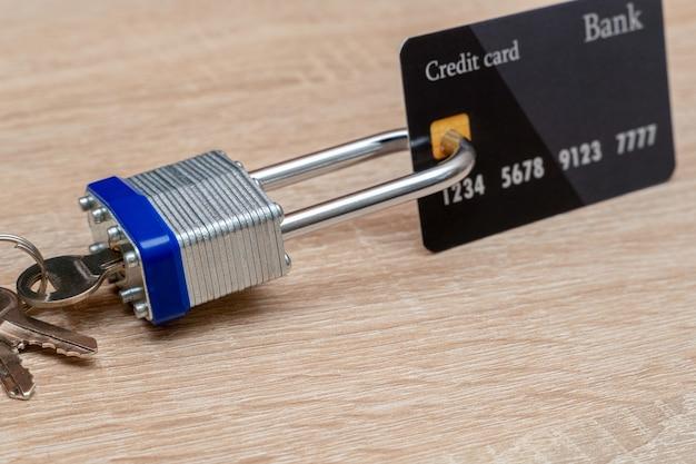 Cartão de crédito de plástico bloqueado com cadeado de metal close-up