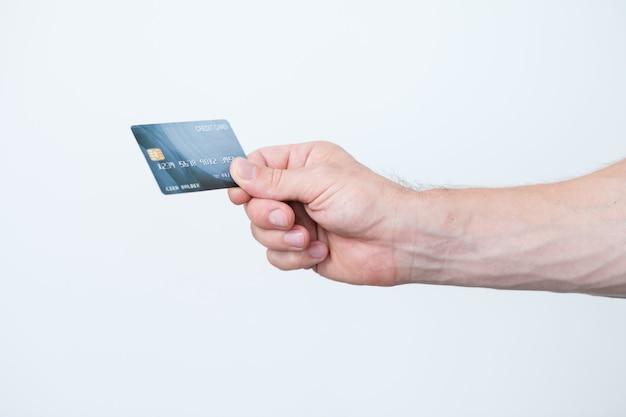 Cartão de crédito. dinheiro bancário e finanças. pagamento eletrônico. mão segurando o cartão.