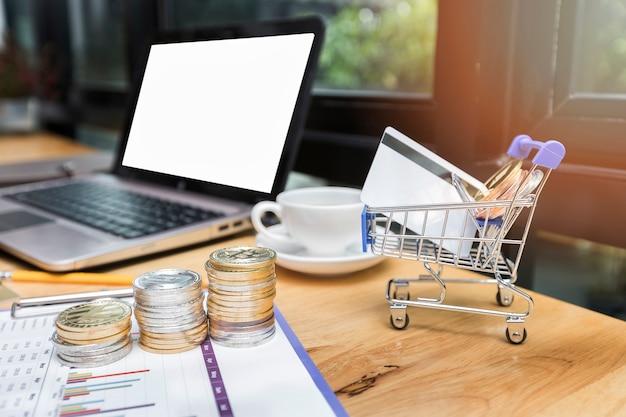 Cartão de crédito e bitcoin em carrinhos de compras em miniatura. sistemas de pagamento modernos.