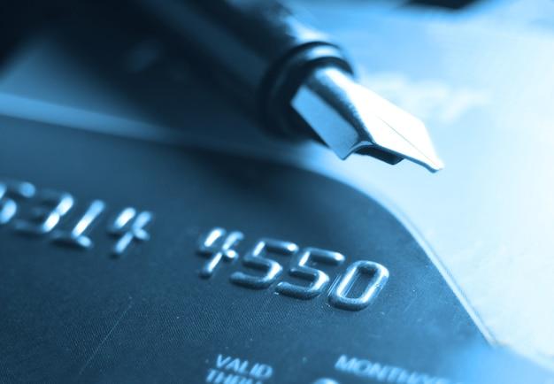 Cartão de crédito e caneta-tinteiro. foco seletivo, foco suave e profundidade de campos rasa - dof