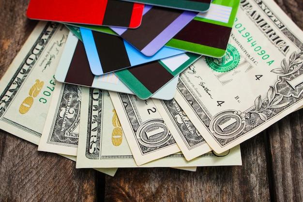 Cartão de crédito e dólares em madeira