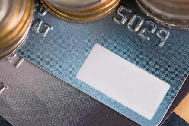 Cartão de crédito e moedas
