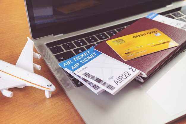 Cartão de crédito e passaportes no laptop