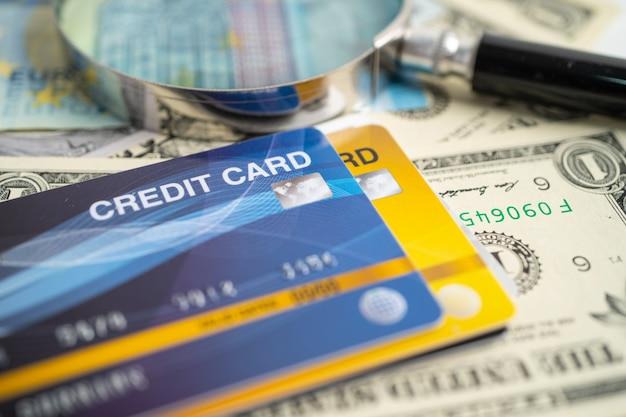 Cartão de crédito em cédulas de dólar americano desenvolvimento financeiro estatísticas de contas bancárias investimento