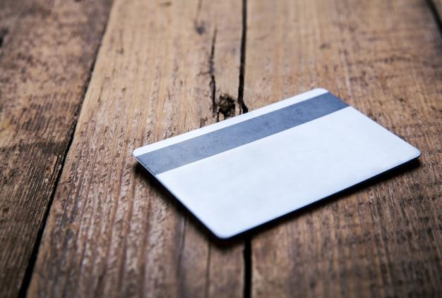 Cartão de crédito em fundo de madeira