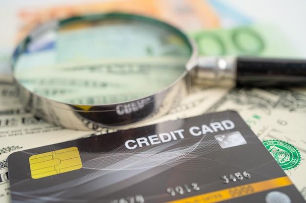 Cartão de crédito em notas de dólar americano desenvolvimento financeiro conta bancária Foto Premium