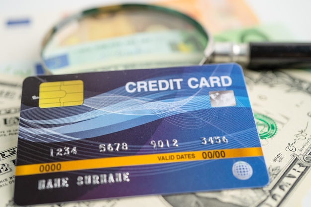 Cartão de crédito em notas de dólar americano desenvolvimento financeiro