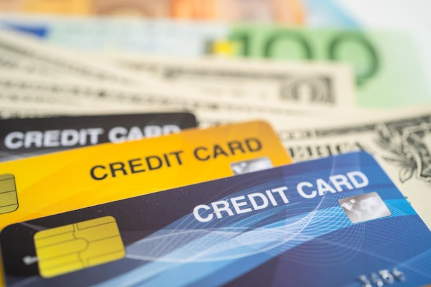 Cartão de crédito em notas de euro e dólar americano. desenvolvimento financeiro, conta bancária, estatísticas, economia de dados de pesquisa analítica de investimento, negociação em bolsa de valores, conceito de empresa de negócios.