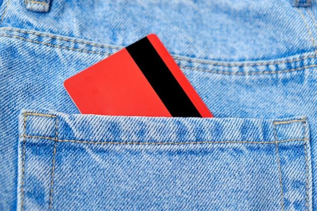 Cartão de crédito em poket jeans azul clássico