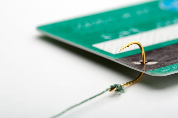 Cartão de crédito em um anzol de pesca