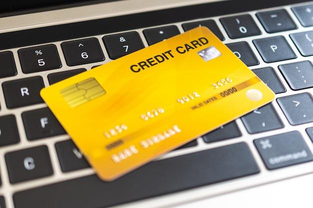 Cartão de crédito em um teclado de computador. conceito de compra pela internet
