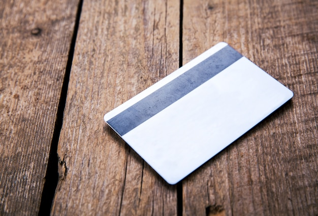 Cartão de crédito em uma madeira e