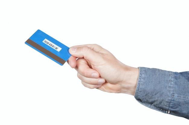 Cartão de crédito nas mãos dos homens. em uma parede branca.