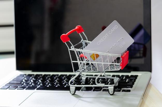 Cartão de crédito no carrinho no laptop do computador