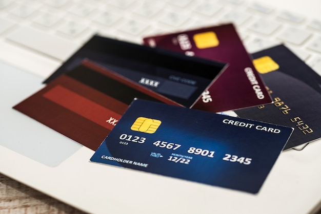 Cartão de crédito no laptop. conceito de compras