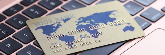 Cartão de crédito no teclado do laptop close up conceito de compras on-line