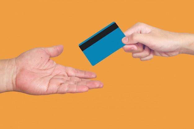 Cartão de crédito ou cartão de débito na mão