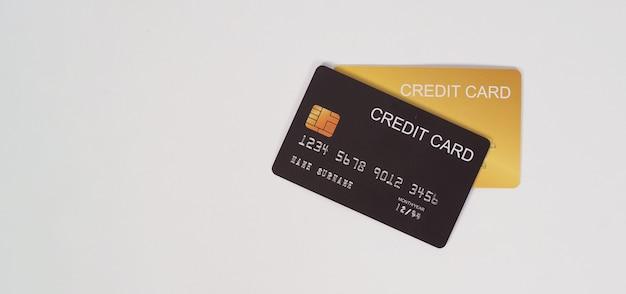 Cartão de crédito preto e dourado isolado no fundo branco. dois cartões de crédito.