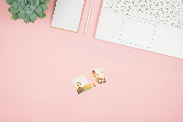 Cartão de crédito quebrado nas mãos das mulheres. conceito de dívida livre