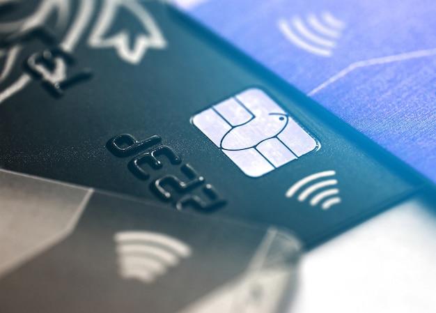 Cartão de crédito sem contato eletrônico com microchip de foco seletivo. macro de um cartão de crédito.