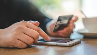 Cartão de débito para compras on-line no Smartphone Mobile Banking