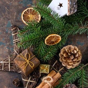 Cartão de decoração de natal com brinquedos e árvore