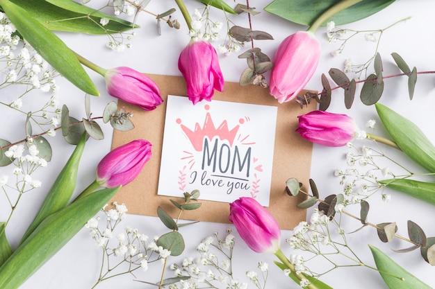 Cartão de dia das mães cercado por tulipas