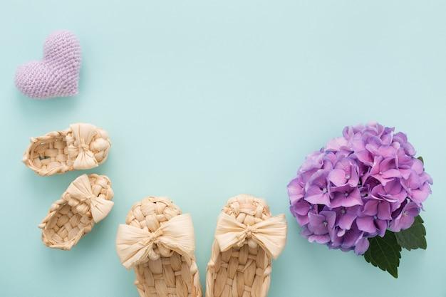 Cartão de dia das mães com botinhas, coração lilás, flor e espaço de cópia