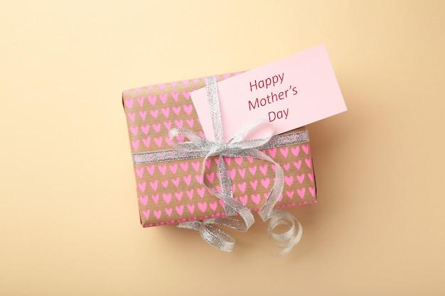 Cartão de dia das mães com um presente. vista do topo