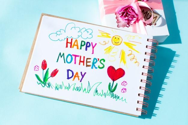 Cartão de dia das mães feito criança artesanal. texto feliz dia das mães.
